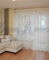 фото двухцветных штор на люверсах для гостиной в светлых тонах