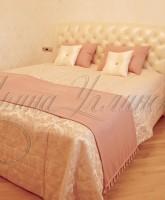 фото покрывала с декоративными подушками и дорожкой