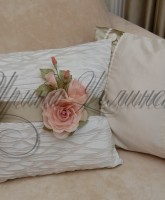 фото подушки с декоративным цветочным подхватом из ткани