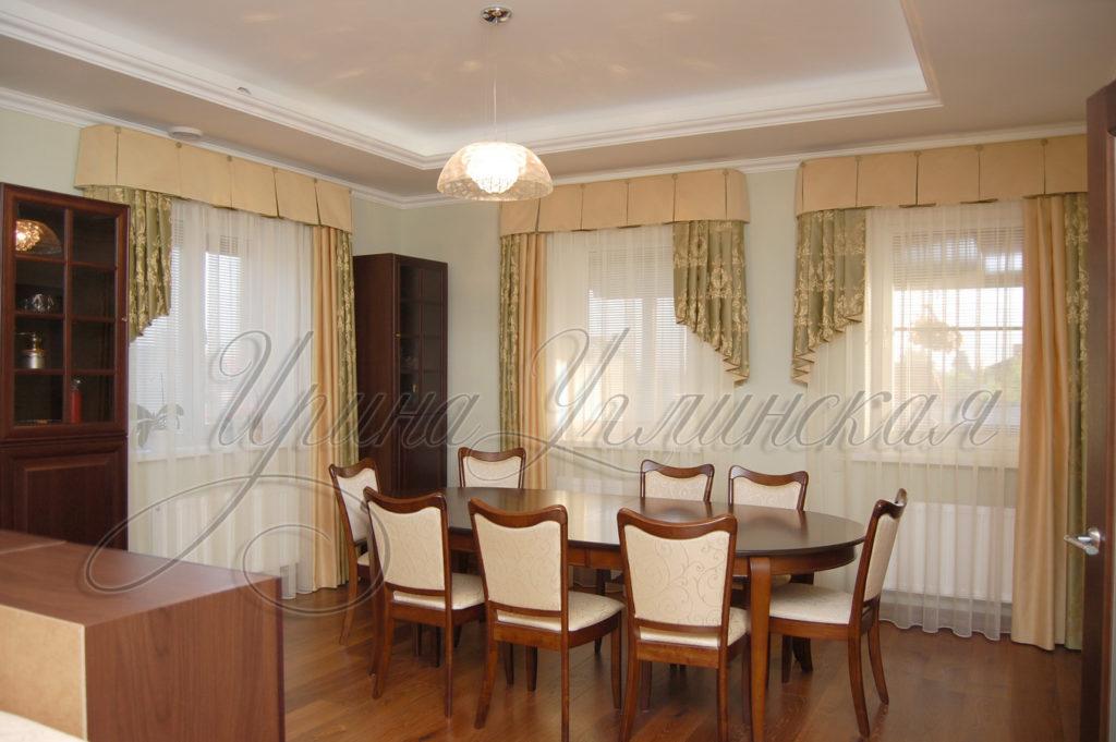 асимметричные шторы для нескольких окон гостинной