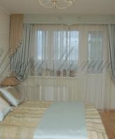 классические шторы с жестким ламбрекеном в мятно-золотистой цветовой гамме