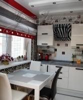 фото римской шторы для кухни в полоскус декоративными люверсами по низу