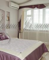 шторы для спальни в фиолетово-молочной цветовой гамме в классическом стиле с жестким ламбрекеном