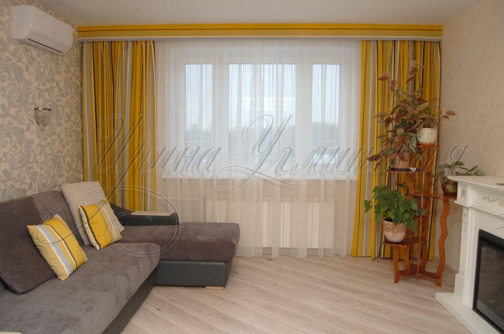 яркие шторы в полоску для гостиной