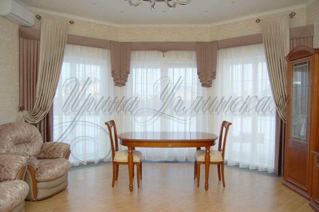 фото штор для гостиной в спокойной бежево-розовой гамме