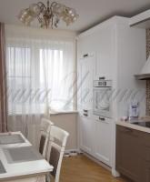 фото штор для кухни с декоративной боковой шторой в полоску