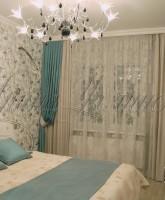 шторы для спальни в серой цветовой гамме с яркими акцентами бирюзового цвета