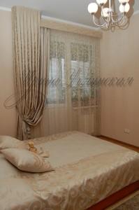 фото штор и покрывала для спальни в мягкой бежево-голубой цветовой гамме